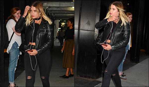 30/08/17 : Ashley, absorbée par sa musique, a été aperçue alors qu'elle se baladait dans les rues de New York. Nous avons enfin des news d'Ash. Et même si elle habite maintenant dans la grosse pomme, elle reste fidèle à sa couleur, le noir. Top ![/font=Arial]