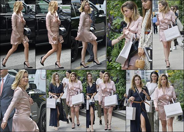 08/09/17 : Ashley a déjeuné au restaurant français Le Coucou avant de se rendre à un défilé, dans New York. Elle est vite passée dans une boutique pour acheter des Jimmy Choo avec ses amies. J'adore sa tenue, c'est audacieux. Beau top ![/font=Arial]
