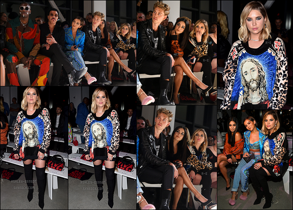 08/09/17 : La belle Ashley Benson s'est rendue au défilé de Jeremy Scott durant la Fashion Week de New York. A l'intérieur, elle a retrouvé Vanessa Hudgens ainsi qu'Austin Butler. Ashley était très jolie malgré un pull très original et spécial..[/font=Arial]