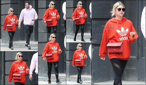 07/11/17 : Ashley et son entraîneur professionnel ont été vus en pleine promenade dans les rues de New York. L'actrice continue ses séances de sport. J'aime bien sa tenue et surtout son pull qui est rouge. Enfin de la couleur ! Un petit top donc.[/font=Arial]