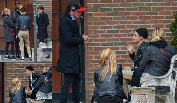 15/11/17 : Ash a passé l'après-midi avec Josh Hutcherson, Kristen Stewart et Stella Maxwell, dans New York. Ca fait plaisir d'avoir une sortie avec quatre célébrités ! Sinon, Ashley a dû aller faire du sport juste avant vu la tenue qu'elle porte.[/font=Arial]