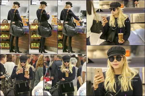 22/11/17 : Notre chère Ashley a été photographiée à l'aéroport LAX où elle attendait de récupérer ses valises. La belle est de retour à Los Angeles afin de célébrer Thanksgiving avec sa famille. Sa tenue est plutôt jolie. - C'est donc un top ![/font=Arial]