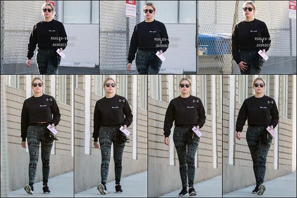 25/11/17 : Notre chère Benzo a été aperçue par les paparazzis alors qu'elle se rendait à un spa de Los Angeles. Le dimanche, jour synonyme de bien-être et elle a raison d'en profiter ! Tenue toute simple, elle a dû aller au sport avant. Petit top.[/font=Arial]