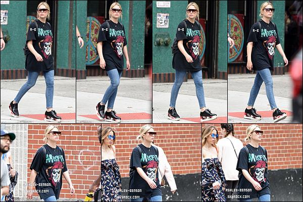 15/10/17 : Ash et une amie ont été vues alors qu'elles se promenaient dans le quartier Greenwich Village, à NY. Petite tenue sympathique pour notre blondinette. En tout cas, ça fait très plaisir d'avoir de ses nouvelles. - Sinon quel est votre avis ?[/font=Arial]
