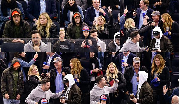 08/11/17 : Ashley s'est rendue au match de hockey opposant les Boston Bruins aux New York Rangers, à NY. Elle était accompagnée de Ryan Good... Ca fait longtemps qu'on ne les as pas vu ensemble. Mais ça me fait trop plaisir de le revoir ![/font=Arial]