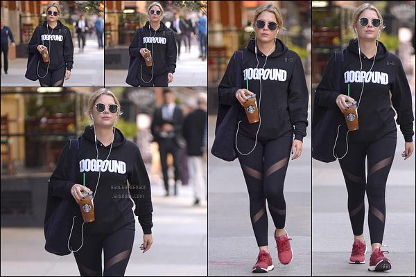 20/10/17 : Ashley Benson s'est rendue à un Starbucks après avoir effectué sa séance de sport, dans - New York. Elle n'a pas pris la peine de se changer. Vous pouvez donc voir comment était sa tenue de sport. J'aime beaucoup le pull qu'elle porte[/font=Arial]