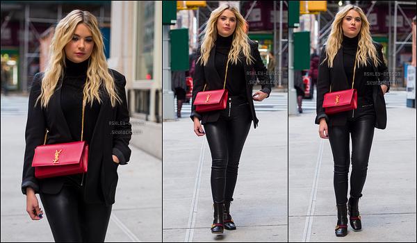 09/11/17 : Les paparazzis ont croisé notre miss Benson alors qu'elle se promenait dans les rues de New York. Encore une fois, elle porte du noir. Heureusement que son sac est là pour égayer tout ça. Mais bon, c'est un plaisir d'avoir des news.[/font=Arial]