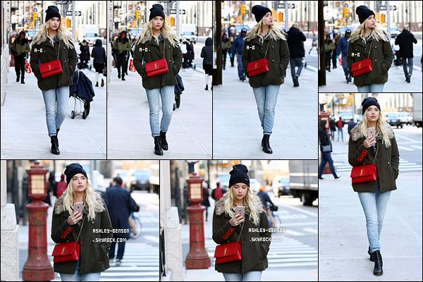 13/11/17 : Ashley B. a été aperçue par les paparazzis alors qu'elle se promenait dans les rues de New York. Qu'elle est jolie notre Ashley ainsi que la tenue qu'elle porte. Et elle me gâte en portant un bonnet ! C'est une sortie au top quoi.[/font=Arial]