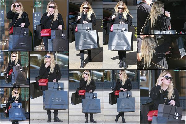 24/12/17 : Ash' a été vue faisant ses derniers achats dans la boutique de vêtements Barney's, à Beverly Hills. La miss Benzo n'échappe pas à la tradition des achats express de dernières minutes. En tout cas, elle était bien chargée. Vos avis?[/font=Arial]