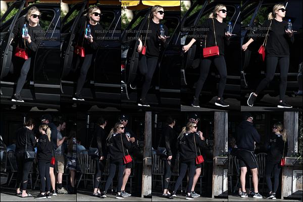 02/01/18 : Ash a été vue par les paparazzis alors qu'elle allait rejoindre des amis pour le déjeuner à Los Felitz. Première sortie de l'année pour l'actrice et elle n'a toujours pas l'air décidé à mettre un peu de couleur.. Mais au moins on a des news.[/font=Arial]