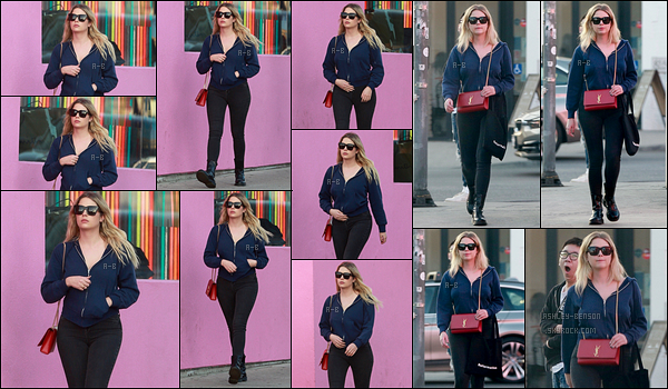 04/01/18 : Ashley, de retour à Los Angeles, a été aperçue faisant du shopping dans le quartier West Hollywood. Serait-elle de retour à Los A pour le tournage de son film dont on a zéro info ? J'ai hâte d'en savoir plus en tout cas ! Un top pour elle...[/font=Arial]