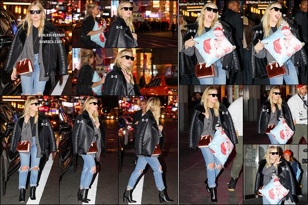 09/02/18 : C'est dans les rues de New York que les photographes ont trouvé notre belle blondinette préférée. Elle tenait fièrement un coussin avec le visage de sa soeur et elle quand elles étaient enfants. Je trouve ça tellement adorable ! Top.[/font=Arial]