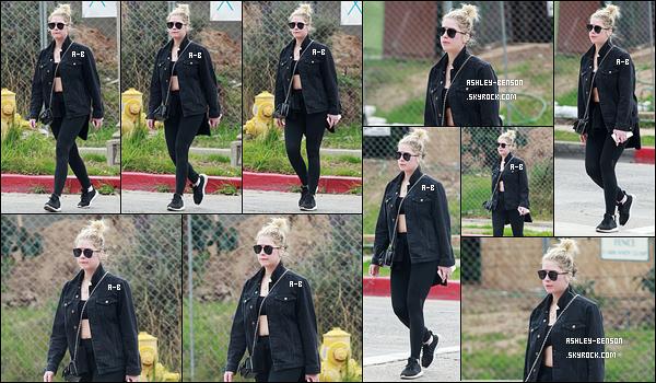 07/03/18 : Nouvelle sortie pour notre chère Ash Benson qui s'est rendue à son cours de sport à Los Angeles. Mais qu'elle est belle ! Même pour aller faire du sport elle arrive à être jolie. J'aime beaucoup sa petite veste noire. Qu'en penses-tu ?[/font=Arial]