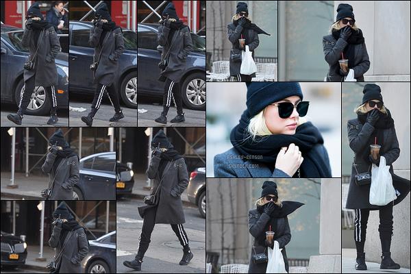 25/01/18 : Miss Benson a été aperçue par les paparazzis alors qu'elle se promenait dans les rues de New York. Visiblement elle n'était pas ravie de les voir puisqu'elle leur fait un doigt d'honneur. Enfin Ash, un peu de retenue ! Bof bof la tenue..[/font=Arial]