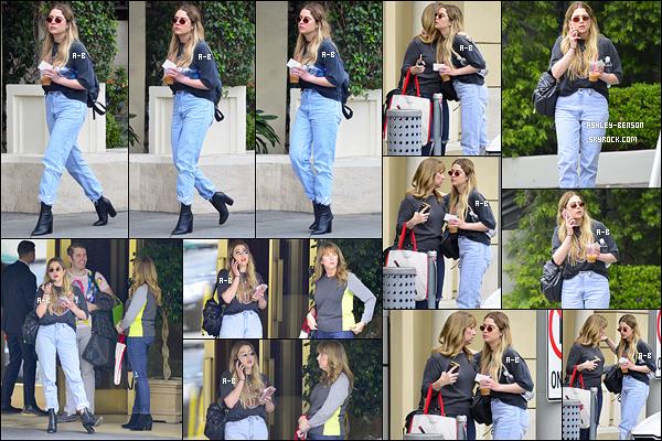 24/05/18 : Ashley, sa maman et Perez Hilton se sont retrouvés pour une séance shopping dans Los Angeles. La belle est donc de retour chez sa famille pour passer un peu de temps avec. Elle était toute mignonne, j'aime bien sa tenue. Top![/font=Arial]