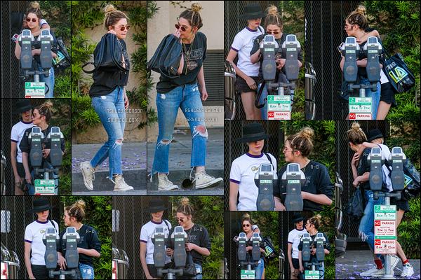 26/05/18 : Ash et évidement Cara Delevingne ont à nouveau passé la journée ensemble dans West Hollywood. Décidément, les deux actrices ne se lâchent plus et sont de plus en plus proches ! Sinon, j'adore la tenue que porte Ashley. Un top ![/font=Arial]
