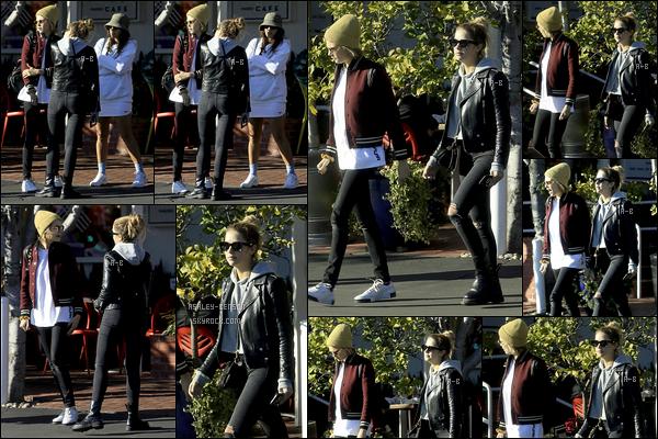 06/02/19 : Ashley Benson a déjeuné en compagnie de Cara et d'une amie à Fred Segal, dans - West Hollwood. Il faudrait qu'Ash revienne vivre à Los Angeles pour avoir plus de ses nouvelles comme là. Encore une tenue noire, elle ne change pas.[/font=Arial]