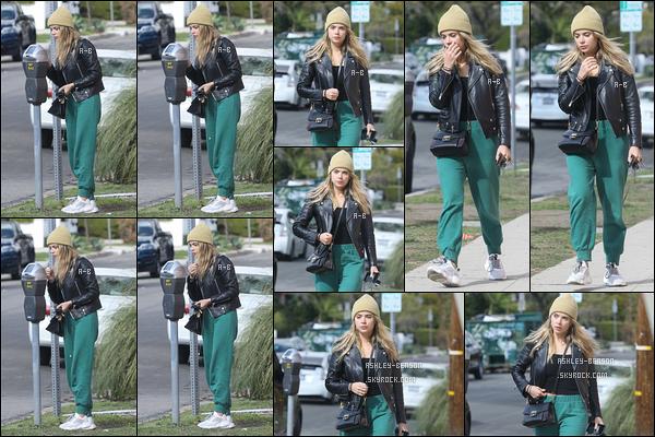 09/02/19 : Benzo payait un parcmètre avant de commencer sa balade dans les rues ensoleillées de Los Angeles. Nous avons enfin une tenue un peu colorée même si, pour le coup, ce n'est qu'un bas de jogging. Ca fait plaisir d'avoir de ses nouvelles !