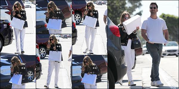 08/08/19 : C'est dans la matinée qu'Ashley est allée s'acheter un café à l'un des Starbucks de West Hollywood. Un peu plus tard dans la journée, elle est passée chez son coiffeur afin de refaire une beauté à ses cheveux et à ses extensions... Top ![/font=Arial]