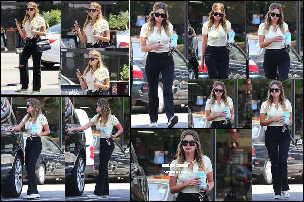 06/08/19 : Ashouille, seule cette fois, est allée s'acheter une boisson au 7-Eleven, un café situé à Studio City. Quel plaisir d'avoir autant de sorties de la part de notre menteuse préférée. J'aime bien la tenue qu'elle porte sinon. C'est donc un top ![/font=Arial]