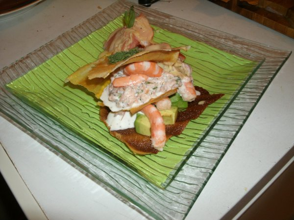 croustillant d'avocat aux crevettes et au saumon fumé