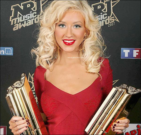 . -  Voici , Christina Aguilera  au NRJ Music Awards ! en France ,  le 20 Janvier 2007 ! Tu aimes ou pas ?   Magnifique ! super souriante ! j'adore (l) , elle avais remporté 2 awards ! & elle avais perfommé sur Ain't No other Man.   .