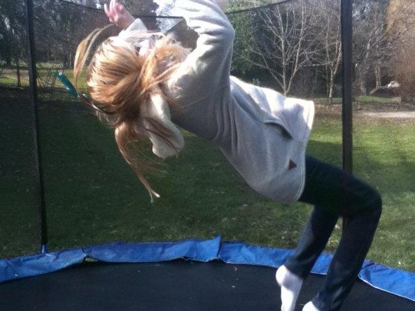 """""""Tu sais, la vie c'est comme un grand trampoline. Parfois tu t'enfonces, parfois tu rebondis. Mais plus tu t'enfonces loin, plus tu rebondis haut après..."""""""