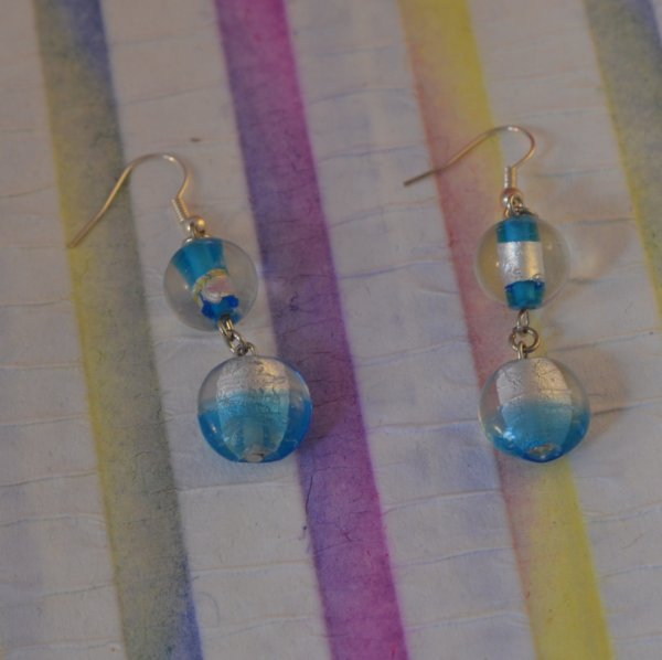 Boucles d'oreille perle de verre saphir et feuille d'argent.