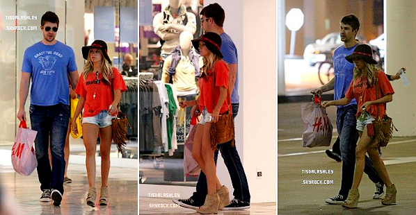 * 21/04/12 ▬ Ashley et Scott aperçu  faisant du shopping le matin sur Roberston Boulevard à Los Angeles.  *