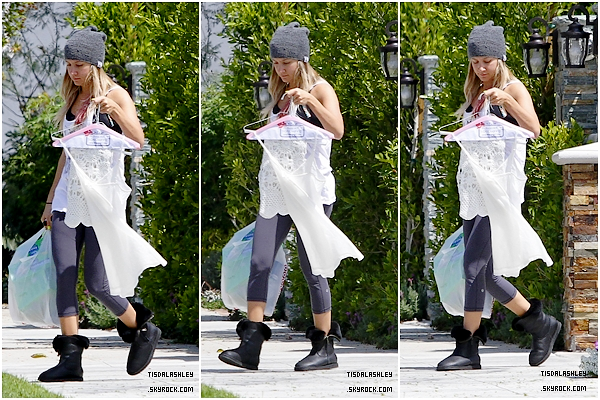 * 27/04/12 ▬ Ashley quittant la maison de ses parents à Toluca Lake.  *