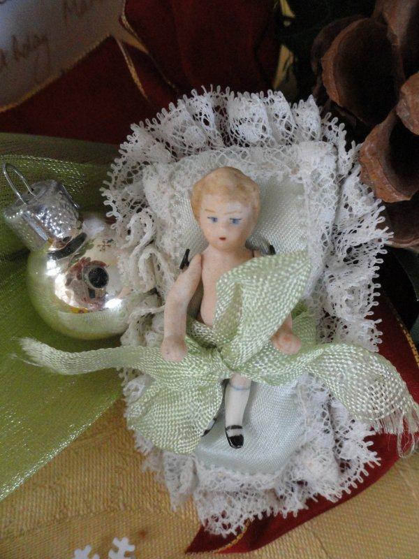 toute petite poupée en porcelaine...
