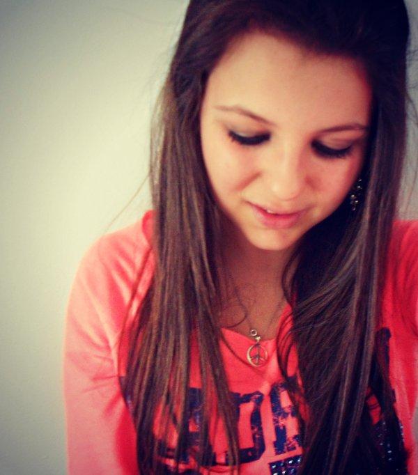 Tu as peut-être été celui qui m'a fait sourire,mais tu es aussi celui qui a réussi à me faire pleurer. Et tu sais le pire? C'est que je continue quand même de t'aimer.