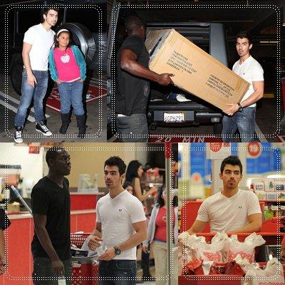 09 / 12 / 10 • Joe Se Rend à Un Magasin Target Pour Acheter Un Canapé. Il à Notament Pris Le Temps De Posé Avec Une Fan :')