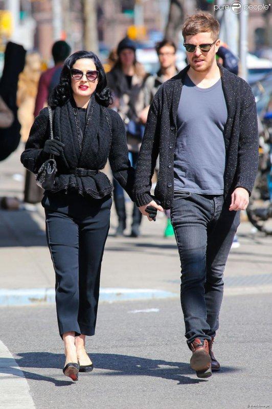 Dita en charmante compagnie dans les rues de New York, le 15 mars 2014.