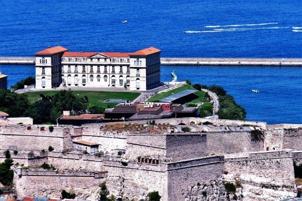Marseille vue sur le fort Saint Nicolas et sur le Pharo depuis la vierge de la Garde