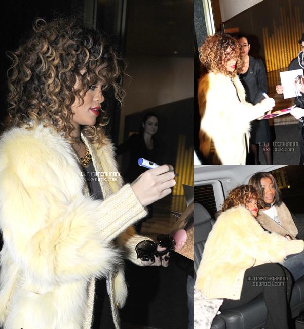 . 13/12/11 : Rihanna Fenty, ainsi que sa meilleure amie Melissa, a été aperçus signant des autographes à la sortis de son hôtel à Milan où l'attendait de nombreux fans.Un top ou un flop pour la fourrure de Ri' ? .