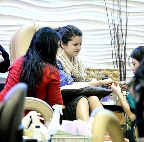 Selena dans un salon manicure pédicure à Encino en Californie