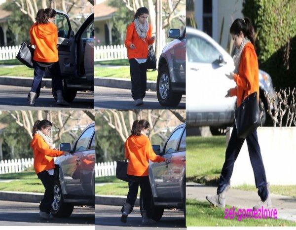 Selena qui quitte la maison d'un ami