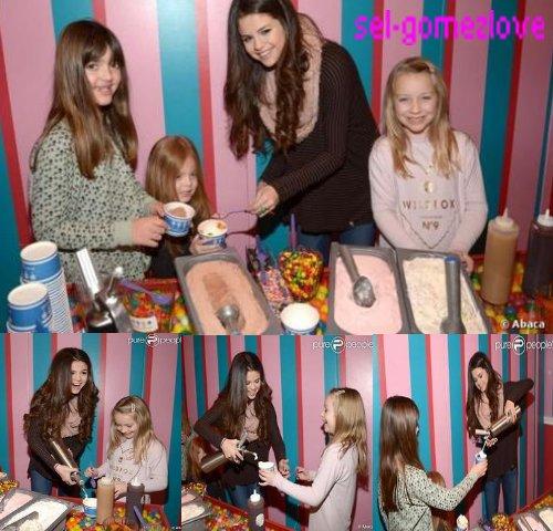 Selena au Dylan's Candy Bar à New York au profit de l'Unicef