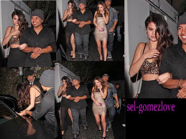 Selena quittant le château Marmont avec Afredo Flores et ses amis après l'AfterParty des Grammys