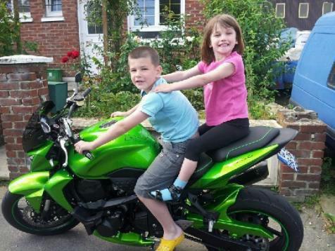 mathéo et maéva sur la moto