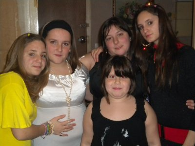 nous les deus soeur en jaune est l autre  en blanc avec  nortre soeur est une amis c est la petite est ma bel soeur