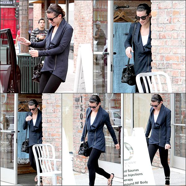 .  04/11/2013  :  Lea   repérée arrivant/quittant un studio d'enregistrement.    J'aime trop sa tenue !! elle lui va parfaitement bien !.  beau TOP.[/font=Arial]    .