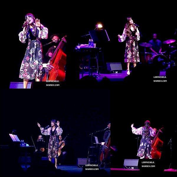 .  03/05/2017  : Lea   en concert dans le Shubert Theatre à Boston.    j'aime assez sa robe, même si j'avoue que ce n'est pas ce genre la que je préfère ;) mais elle reste sublime   TOP.[/font=Arial]    .