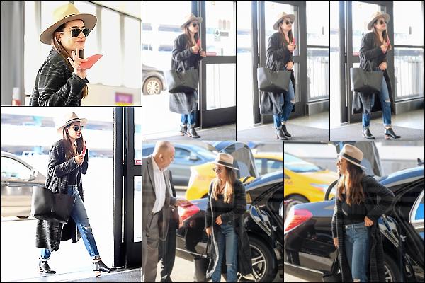 .  30/03/2017  : Lea   a été vue arrivant à l'aéroport LAX de Los Angeles .     La belle part pour se ressourcer à Napa Valley, la région viticole de l'ouest des Etats-Unis, non loin de San Francisco. TOP   [/font=Arial]    .