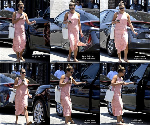 .  12/07/2017 : Lea dans les rues de  Los Angeles.  Lea a été vue dans les rues de  Los Angeles. J'aime bien sa robe, elle est vraiment très simple mais assez jolie ! :).C'est un  TOP.[/font=Arial]    .