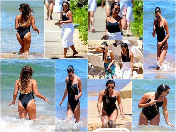 .  30/06/2017 : Lea sur la plage de Maui à Hawaï.  Lea a été vue pour une nouvelle journée a la plage entourée de ses amies. Lea est trop jolie !! :)J'adore son maillot et puis quel bronzage !! je veux le même ;)!C'est un  TOP.[/font=Arial]    .