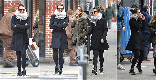 .  27/01/2017  : Lea   dans les rues de Manhattan avec Sarah.      J'aime son manteau et son écharpe! Ses lunettes sont très jolie aussi.   TOP   [/font=Arial]    .