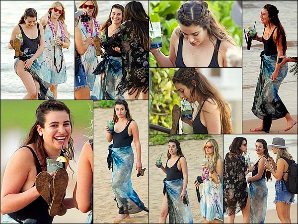 .  20/02/2017  : Lea   et ses amies sur la plage de Maui a Hawaï.      Lea est vraiment trop mignonne sur ces photos,  j'aime tellement la voir comme sa si souriante! et je trouve sa coiffure assez sympa ! TOP   [/font=Arial]    .