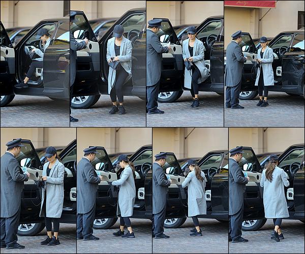 .  28/01/2017  : Lea   arrivant au Montage Hotel.       La belle a une tenue très simple. J'aime assez son manteau  BOF   [/font=Arial]    .
